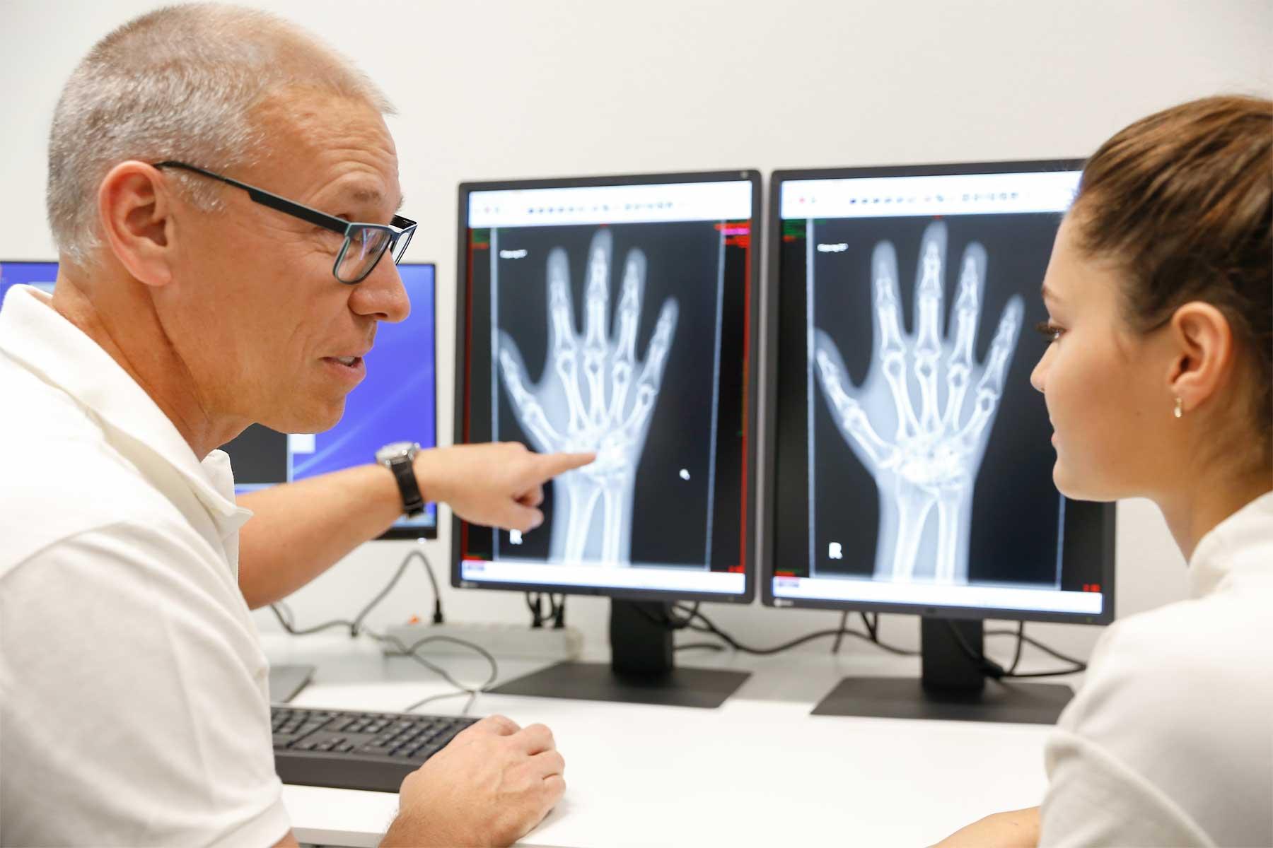 RNR Radiologie und Neuroradiologie am Glattzentrum: Dr. med. Ralph Berther im Gespräch mit einer Patientin